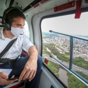 A foto mostra o governador no helicoptero olhando do alto as obras da ERS-118.